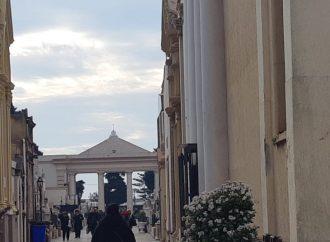 Taranto, per i defunti musica e un fiore sospeso