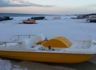 La neve sulla sabbia, così si risveglia Taranto