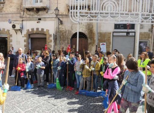 Stop al degrado, i ragazzi ripuliscono la città vecchia di Taranto
