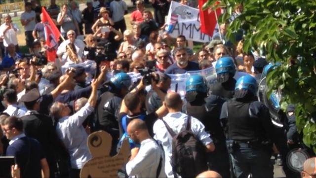 """Renzi fischiato: """"Assassino!!"""". Pelillo sotto scorta sino alla Prefettura"""