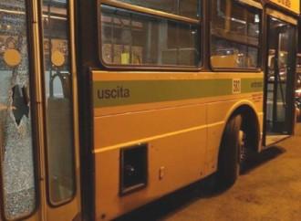 Con un pugno rompe il vetro del bus. Paura in pieno centro a Taranto