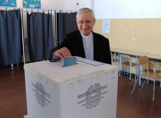 Taranto, il vescovo detta l'agenda delle priorità. Gli auguri a Melucci