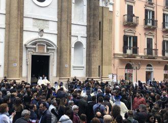 Taranto, bagno di folla per le prime poste dei Riti