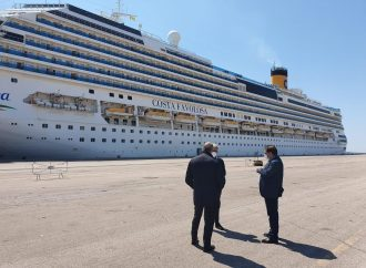 Costa Favolosa è ormeggiata al porto di Taranto. Scalo tecnico per un'altra nave