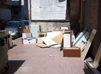 Taranto, ordinaria inciviltà. Rifiuti ingombranti in strada e cassonetti bruciati
