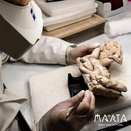 Gli amanti, statuetta erotica  restaurata sarà presto esposta al MArTA di Taranto